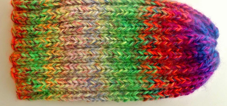 Kolorowa czapka na drutach